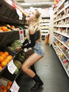 Молодая блондинка ведет себя очень развратно в супермаркете