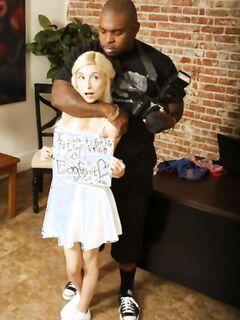 Негр с огромным членом трахает маленькую блондинку
