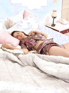 Спящей девушке снятся эротические сны