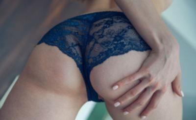 Голубоглазая девушка мастурбирует киску