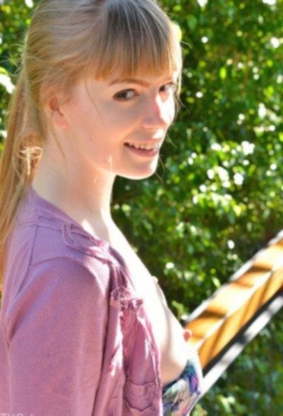 Молодая блондинка мастурбирует длинным огурцом