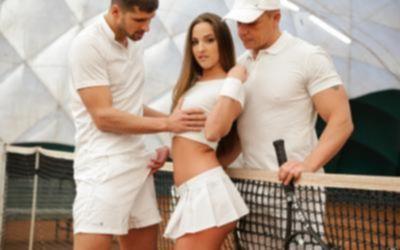 Девушка отдалась двум парням после тренировки