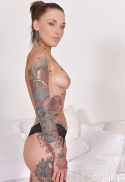 Голая татуированная девушка