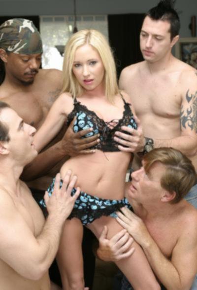 Молодую блондинку имеют толпой