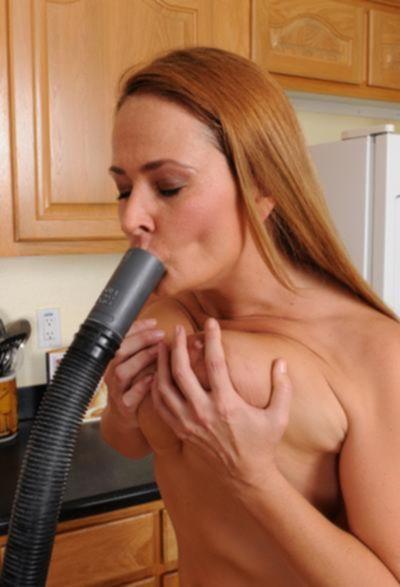 Женщина мастурбирует пылесосом