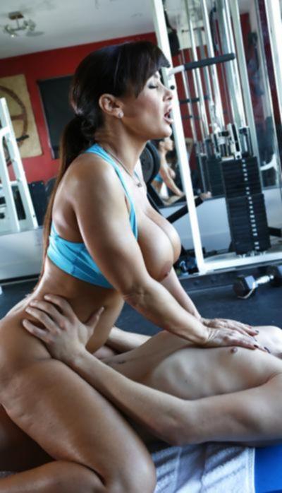 Зрелая порнозвезда трахается в спортзале