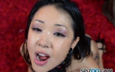 Азиатка с волосатой киской сосёт член