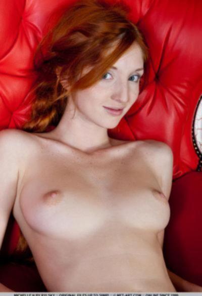 Молодая рыжая девушка