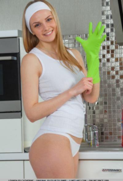 Голубоглазая молодая блондинка на кухне