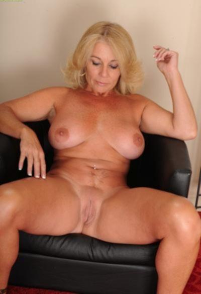 Зрелая блондинка с висячими большими сиськами