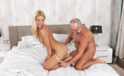 Дед трахает молодую блондинку