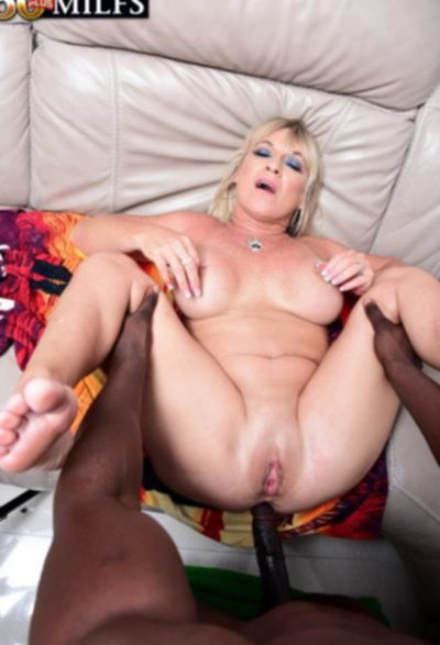 Негр залил спермой зрелую блондинку