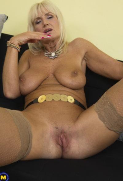 Старая блондинка мастубирует пальцем и самотыком