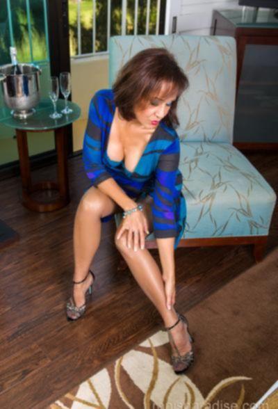 Зрелая женщина в чулках показывает стриптиз