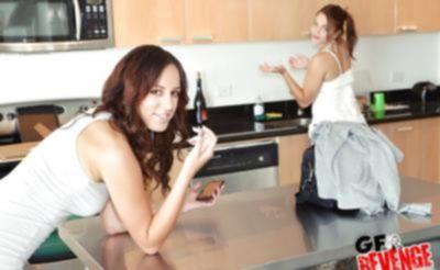 Лесбиянки лижут киски на кухне