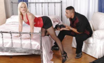 Горячая блондинка в колготках обожает фетиш ног