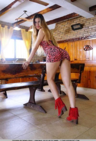 Русская девушка гладит половые органы вибратором